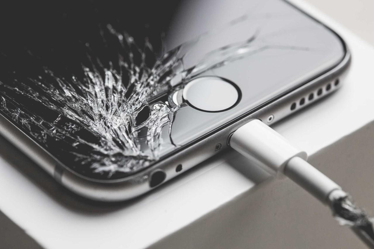 屏幕碎裂的 iPhone 6